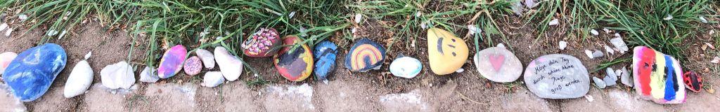 Wegrand mit bemalten Steinen