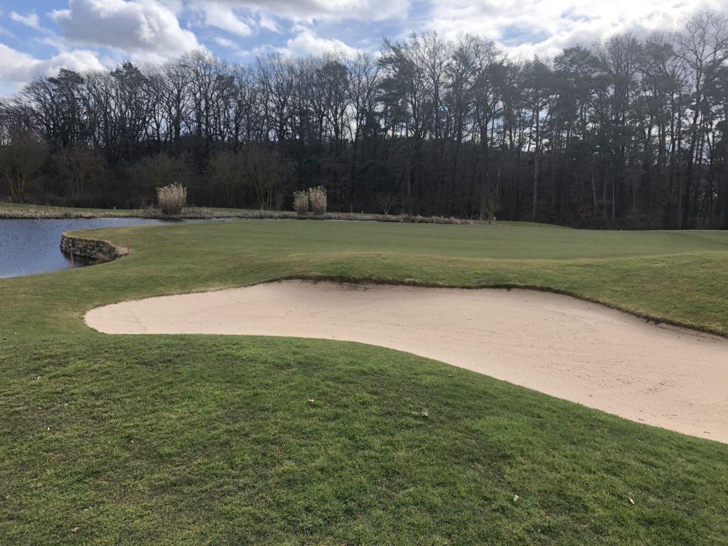 Golfgrün von Wasser und Bunker umrandet
